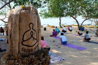 Yoga voor de locals, en drie toeristen