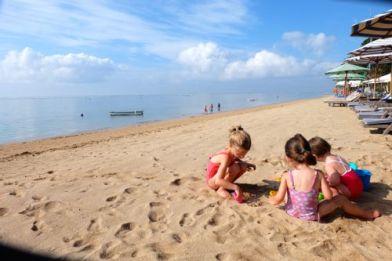 Overdag, ongeveer leeg strand