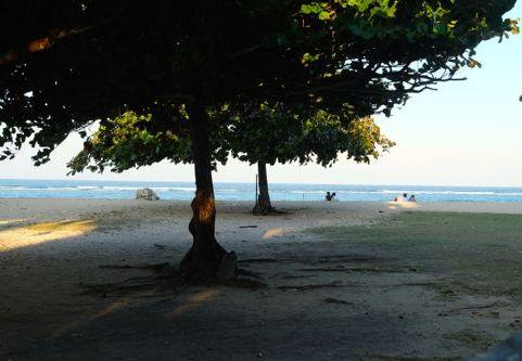 Avond, verlaten strand