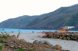 Brol op het strand, alle backpackerhutten platgesmeten, klaar voor grote projectbouw