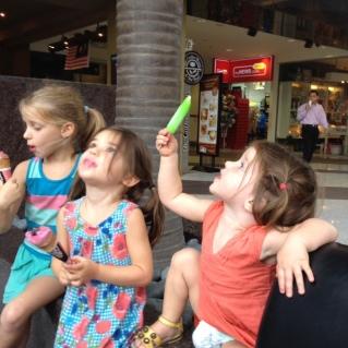 De kindjes wachten ... met attributen ...