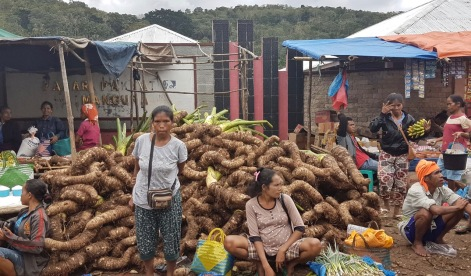 Market in the streets of Waikabubak